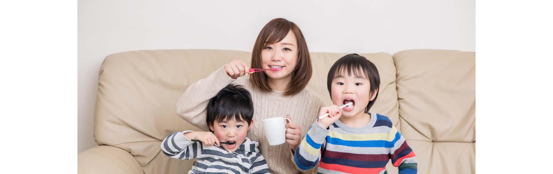 親子3人の歯磨き写真